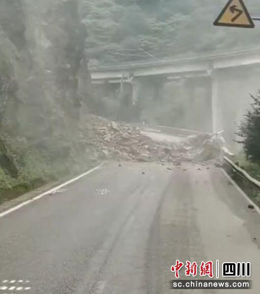 路人用手机记录的塌方瞬间(石棉警方 供图)