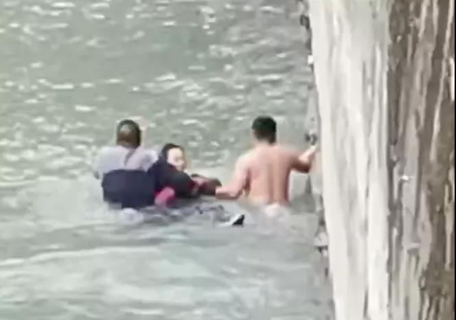 平凡英雄冲入冰冷大渡河中 合力营救落水女子