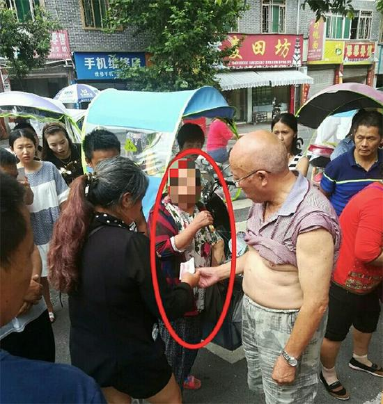 郑某某(中)使用假币被识破。本文图片均由芦山县公安局供图