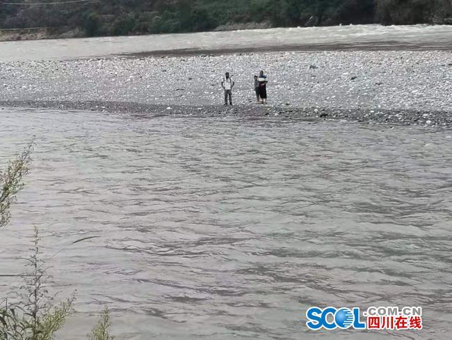 三名游客捡奇石被困大渡河滩 这样捡石头值吗?