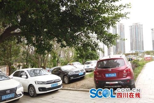 成都龙潭寺火神庙路长期车辆占道?记者调查