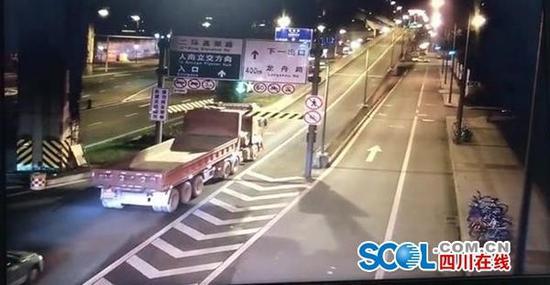 撞毁限高架闯入高架桥 成都两辆违法大车先后被查