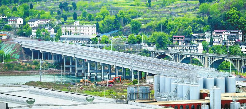 5月1日,经改造的宝轮环线白龙江大桥通车投用。 唐彪 摄