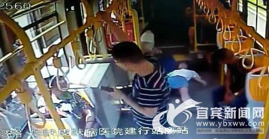 车内监控视频截图,女子突然晕倒。(宜宾公交公司供图)