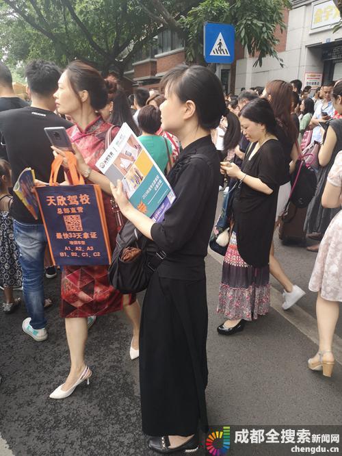 人群中等待的张妈妈