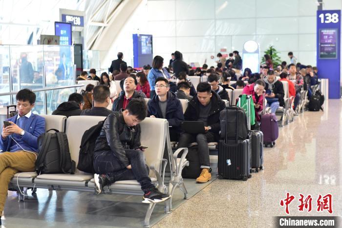 12月9日,旅客在成都机场等待登机。(成都机场供图)