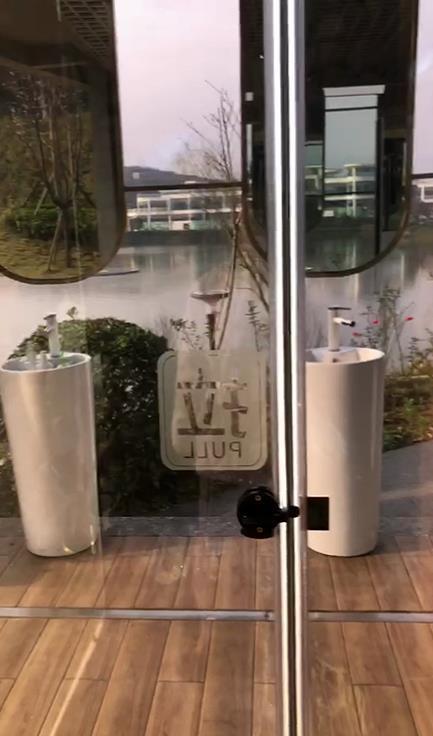单向透明厕所引发关注。来源:犍为世界茉莉博览园