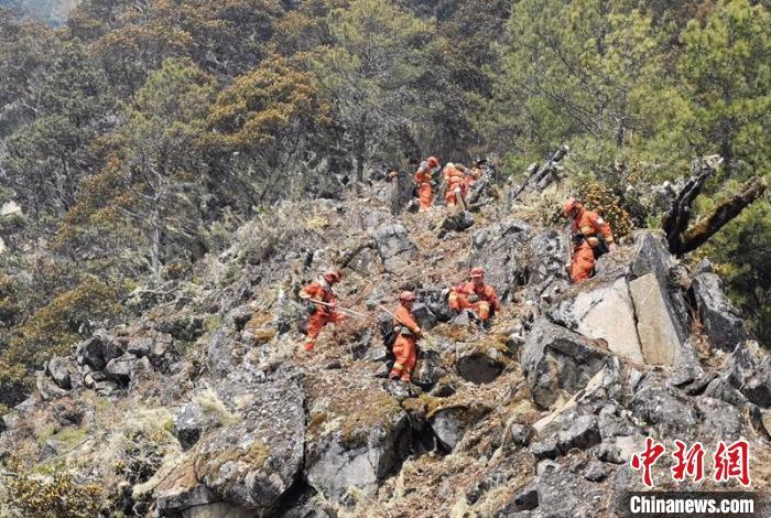 四川九龙县森林火灾:75名群众转移 急调300名救援力量增援