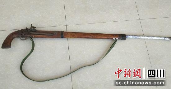 村民向警方上交一把火药枪