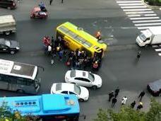 视频丨四川南充一客车红绿灯口侧翻 路人砸窗救人