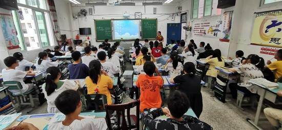 刘取与徐可欣的班主任赵春为2019级的学生上课。(邝川云 摄)