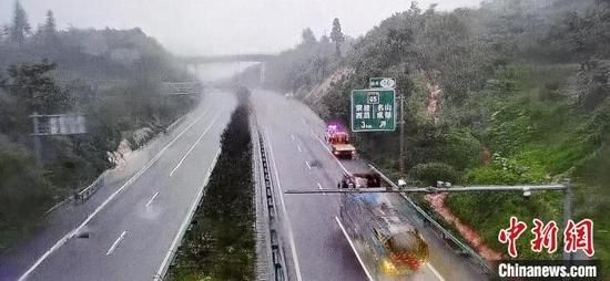 四川多条高速公路收费站点因强降雨临时关闭。 四川高速交警四支队 供图