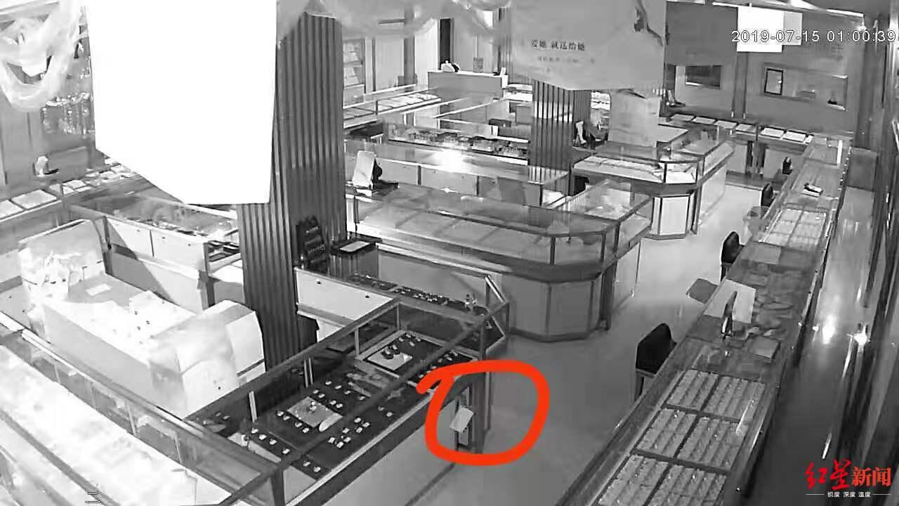 金店万元铂金首饰蹊跷丢失 监控拍到小偷竟是一只老鼠