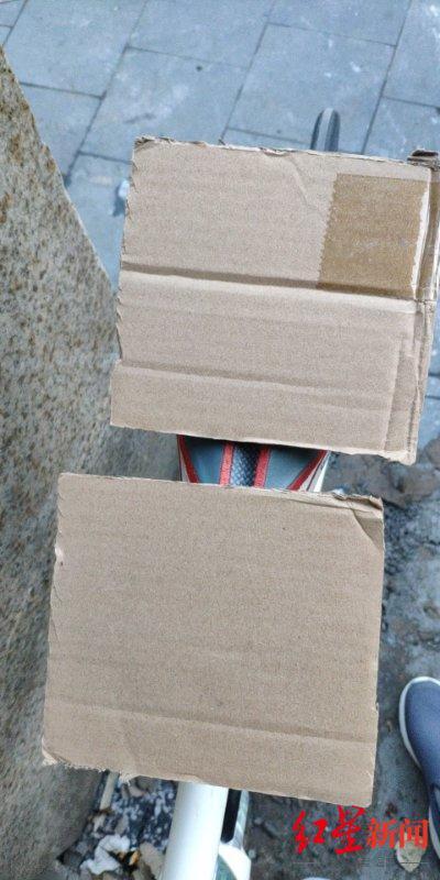 ↑龚女士收到的其中一个包裹,里面是两张硬纸板。
