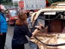 四川平昌货三轮一路撞人撞车 造成1死4伤