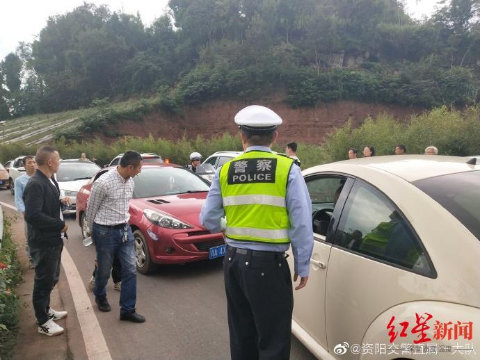↑交警在现场指挥交通