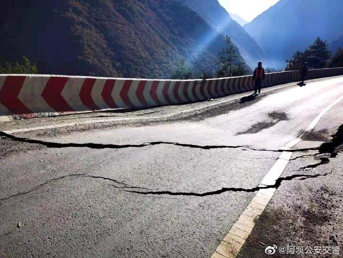 因地质灾害加剧 国道317理县小丘地禁止一切车辆通行