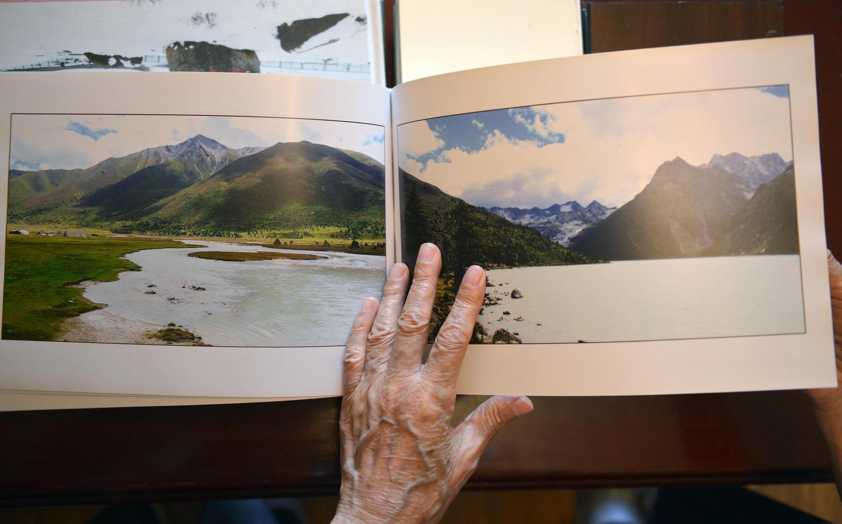 73岁学生集齐15本川西风光相册 10余年带83岁老师旅游