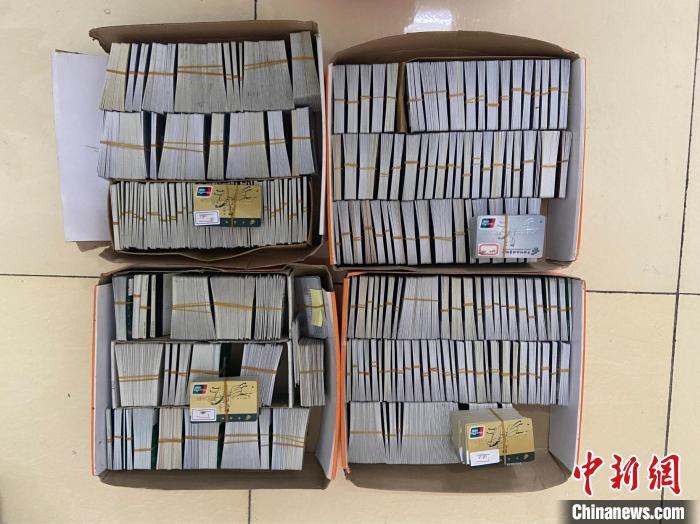 图为警方收缴的银行卡。荆州市公安局供图 荆州市公安局供图