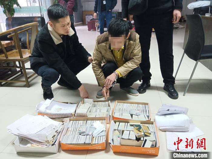 图为警方将犯罪嫌疑人抓获。荆州市公安局供图 荆州市公安局供图
