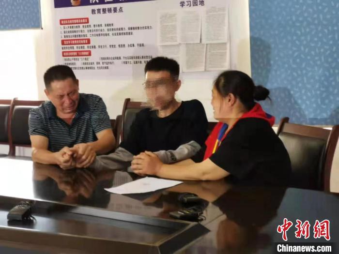 走失28年的王鹏与父母团聚。 中江县公安局供图