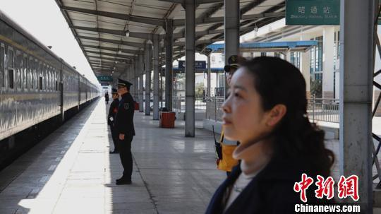 夫妻在站台上共同送车。 曾江 摄