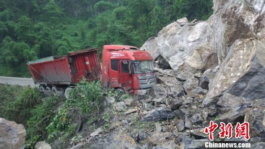 四川长宁地震:宜叙高速部分路段受损严重 两条省道仍在抢通