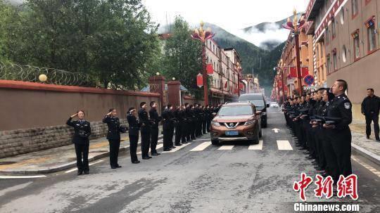 民警及部分群众为冯云辉送行。壤塘县公安局供图