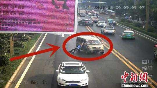 男子超载被查驾车逃逸 将执勤交警强行拖行200米