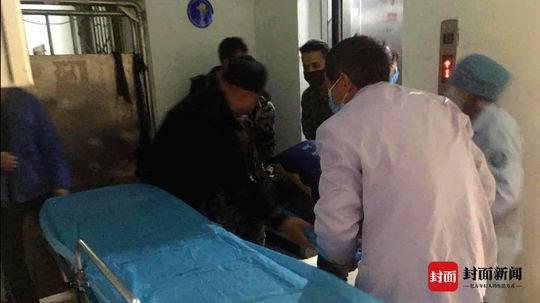 自贡男子闭门开煤气自杀 民警消防破门营救