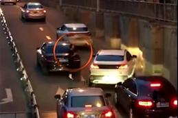 车辆故障停在路中央 女车主依次给过往车辆点头致歉