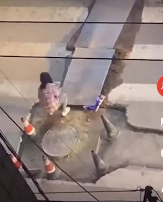 小代修马路(视频截图)