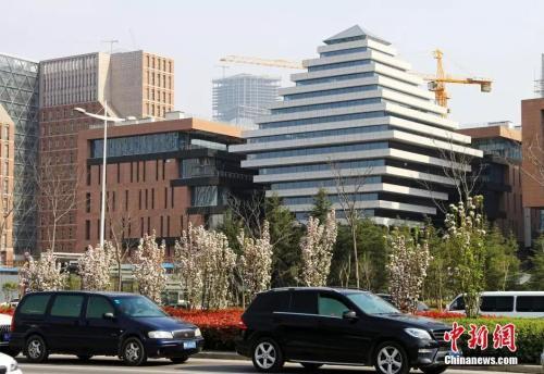 资料图:2015年3月,河南省郑州市街边楼房。中新社发 王子瑞 摄