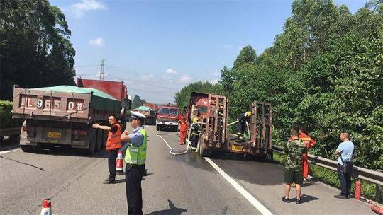 成乐高速一货车突发自燃 交警消防18分钟扑灭大火