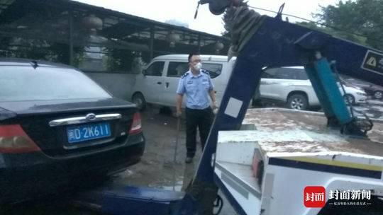 李星雨和队员们一起将消防通道处和临近起火点的车辆拖到安全位置。