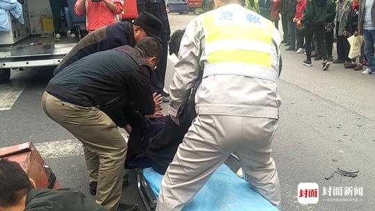 摩托车主车祸受伤倒地 热心群众车流中甘当人肉指示牌