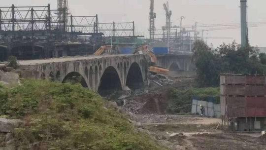 眉山原岷江一橋正式開始拆除:32年屹立江濤 今朝終說再見