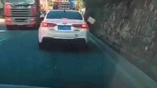 前车抛物被后车拍下 民警据网传视频找到当事人并给出处罚
