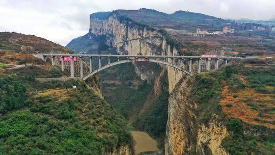 跨省只需1分钟 鸡鸣三省大桥21日建成