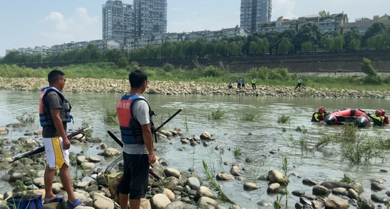绵阳:涪江河水突然上涨 3名男子被困河中