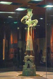 三星堆博物馆的青铜大立人像。