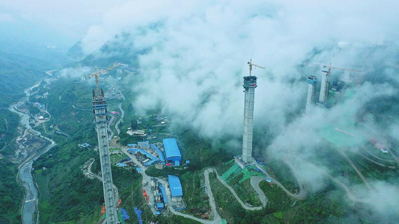 云端里的金阳河特大桥。   本报记者 何海洋 摄(视觉四川资料图片)