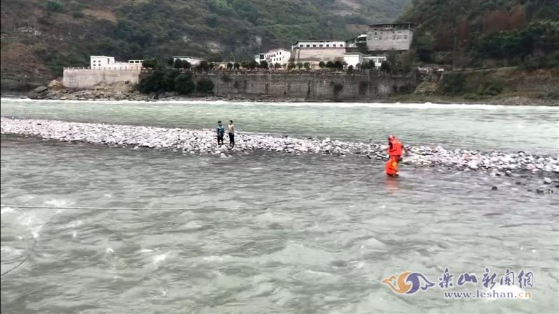 寒冷冬日两名男孩被困浅滩 消防紧急救援