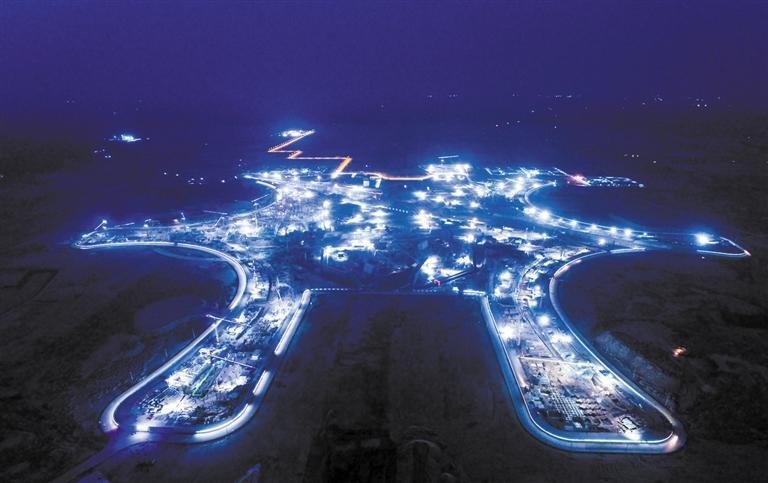 入夜后天府国际机场灯火通明,外形似太阳神鸟图案的T1航站楼轮廓已清晰可见