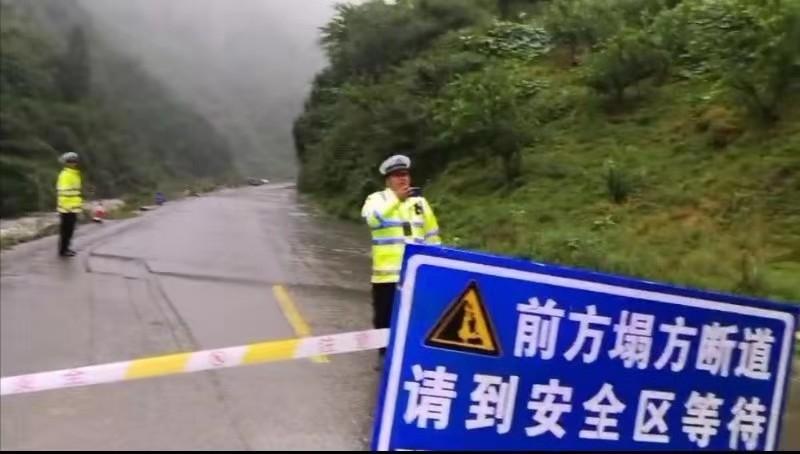 汶川多条道路中断 阿坝交警部门已设8个管制点管制交通