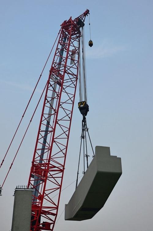 成彭高架最新进展:入城段首个双墩柱盖梁安装完成