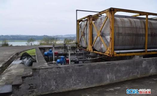 公用工程除盐水区碱液储罐,盐酸储罐位于同一防火堤内