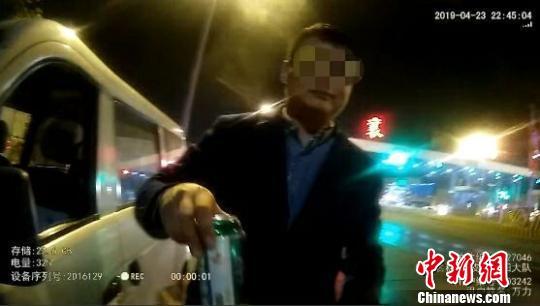 男子边开车边喝酒 遇查主动递上半罐啤酒