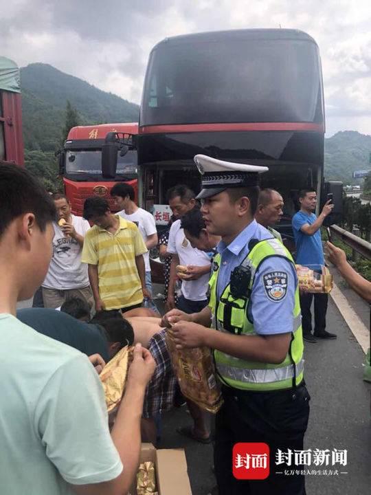 京昆高速广陕禁行 交警劝返并发放饮用水