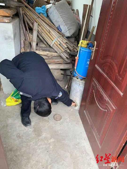 民警帮忙找钱